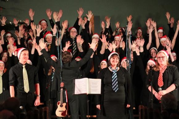 """Neben traditionellen Weihnachtsstücken werden auch Gospel wie """"Oh happy Day"""" gesungen"""