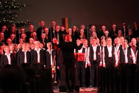 Die drei Chöre singen gemeinsam mit dem Publikum Weihnachtslieder