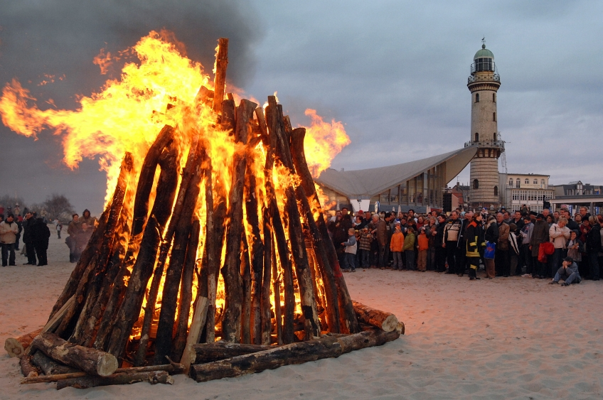 Osterfeuer in Warnemünde