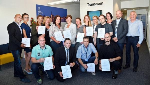 Erfolgreiche Schulung - die Transcom-Mitarbeiter erhielten ihre Zertifikate der ServiceQualität. Die Schulung wurde durchgeführt von Julia Kaufmann (2.v.l.). Foto: (c) Joachim Kloock